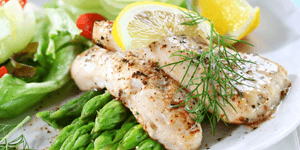 Grilled fish with lemon and garnish